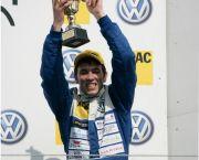 Elia Erhart feiert seinen 2. Platz in BrandsHatch